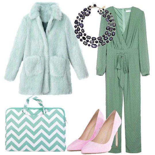 Outfit composto da tuta verde acqua, con scollo a v, maniche lunghe e cinta  in