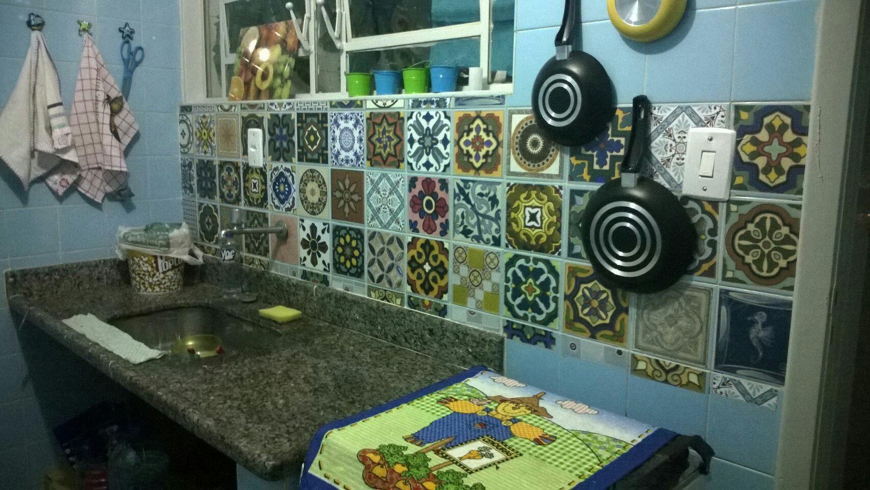 Peças avulsas de adesivo vinílico com estampas de azulejos, formando um lindo mosaico. SOADESIVOS.