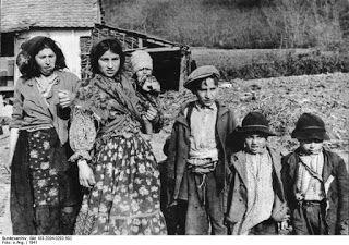 Mulheres e crianças ciganas, Croácia, 1941.