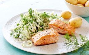 Skøn frisk salat af spidskål og skyr med smag af sennep - til nye lækre kartofler og grillet laks. Hurtig og nem ret.