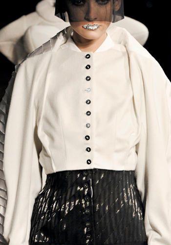 Restyling creativo! La camicia bianca ti ha stufato? Sostituisci i bottoni! Sceglili colorati, vintage, preziosi...    Browne, sfilata autunno/inverno 2012/13