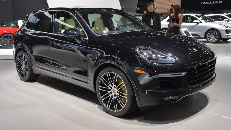 The 2015 Porsche Cayenne Turbo S keeps development going in Detroit with turbos directly in the exhaust manifolds to boost power to 562 hp.