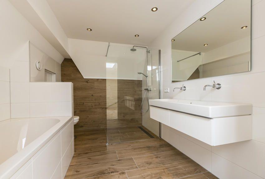 Badkamer met ligbad en dubbele wastafel | ideen voor de badkamer ...