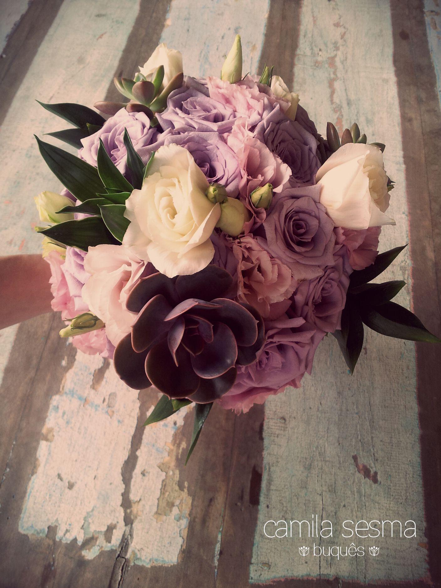 Buquê de flores variadas com suculentas. www.facebook.com/camilasesmabouquets