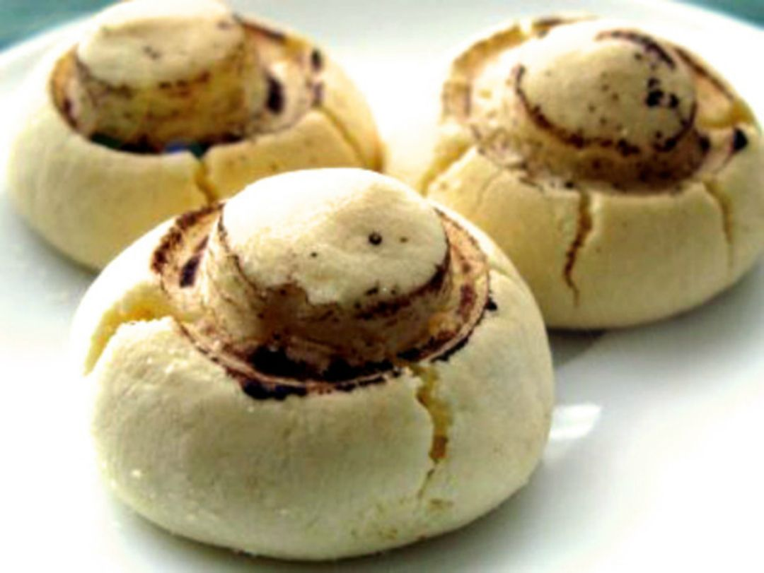These mushroom-shaped cookiesmake a stunning addition to the cookie tray, delicate and crisp, sweet and delicious. It could become a real surprise for your family and guests. Ingredients: 300 gflour 100 gmargarine 120 gsugar 1 egg 2 tbspstarch 2 tspcocoa powder 1 tspbaking powder Ins…