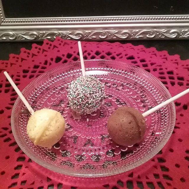 Ihania KAKKUTIKKAREITA Leivoin 2 Makuisia. PÄÄLLE SUKLATA, ja/tai mompparellejä. HERKULLISIA ja kivoja. TYKKÄÄN. HYMY #kakkutikkarit #maku #vaihtoehto #leivonta #joulu #koti #keittiö #blogi 🎅👍😉☺😆