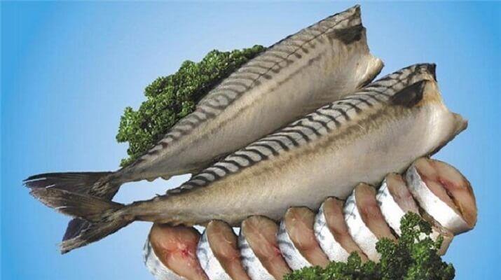 СКУМБРИЯ ЗА ТРИ МИНУТЫ «Этот рецепт маме рассказала продавщица рыбы на рынке. Он настолько элементарный, что я поразилась такому отличному результату. Конечно, это а-ля копченая скумбрия , так как копчением в рецепте и не пахнет, но вкус у рыбки великолепный. Ингредиенты: Скумбрия (средняя) — 1 шт Луковая шелуха (сколько есть, на глаз) Соль (ложки без …