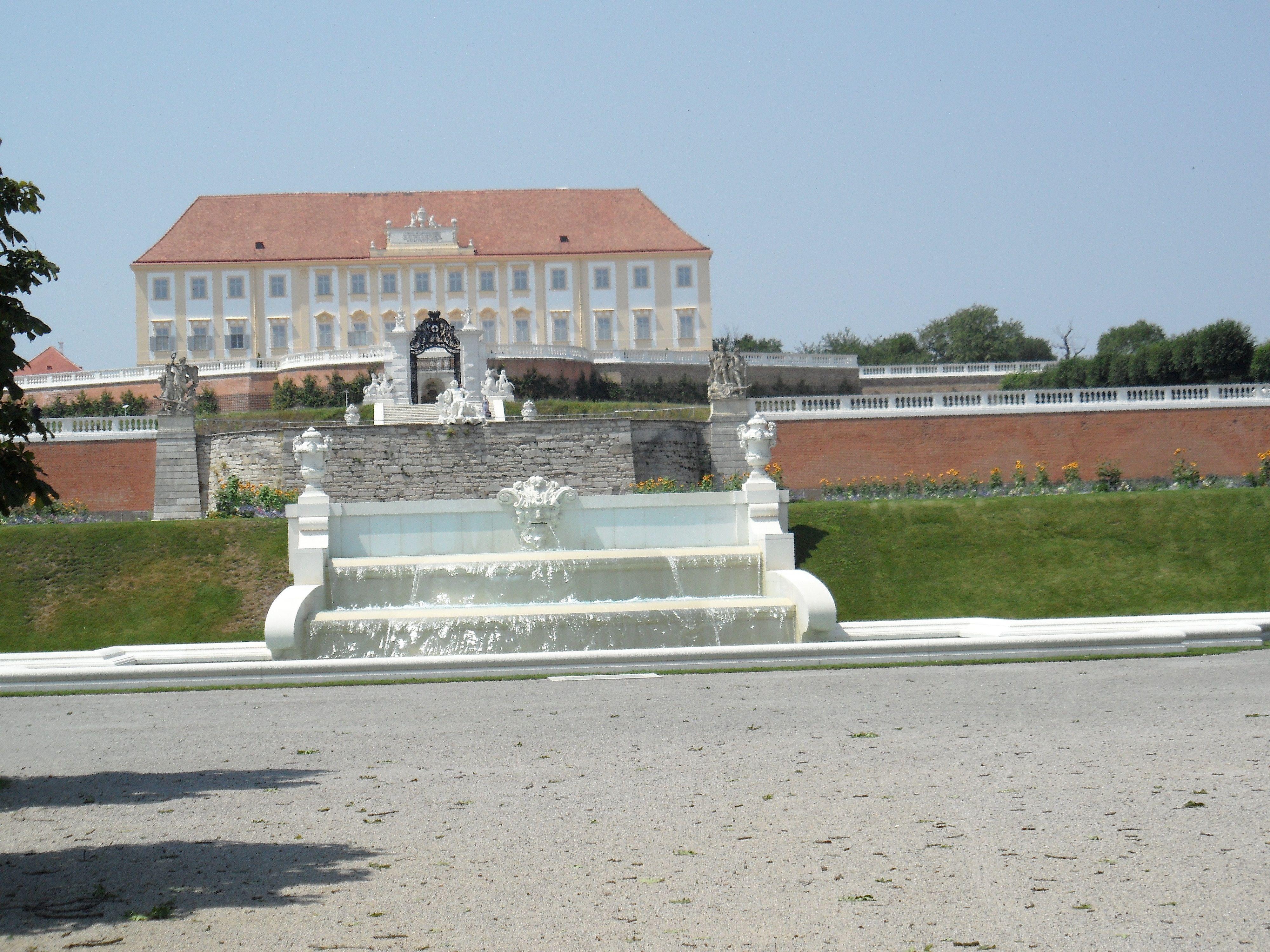 Schloss Hof Der Vorletzte Brunnen Der Park Besteht Aus Sieben