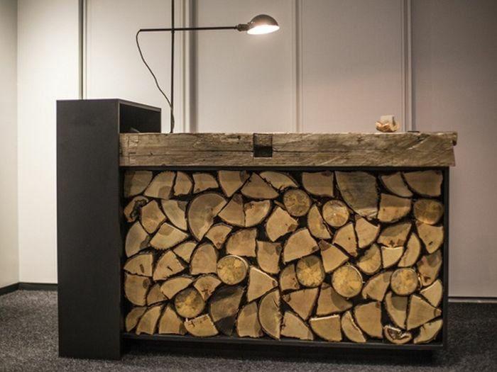 empfangstresen holzscheite design theke dekoration | industrial, Wohnzimmer