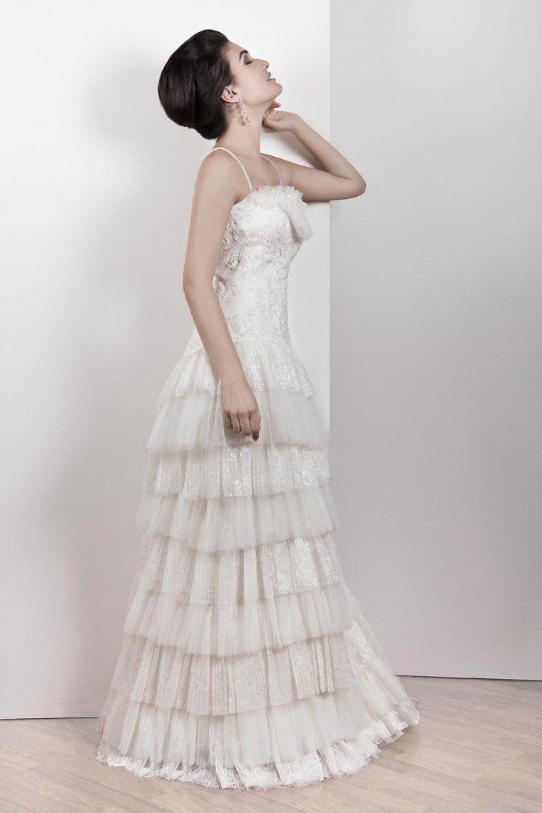 6fae881c6427 Romanticismo minimal per l Abito da Sposa dalle balze in tulle e pizzo  chantilly plissettato