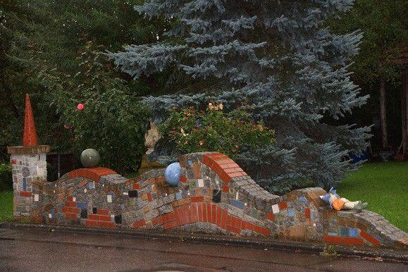 Da die alte Gartenmauer bereits Zerfallserscheinungen zeigte, beschloss Edgar Fischer (46) aus Wiesenstetten in Baden-Württemberg kurzerhand, selbst eine neue zu bauen. Doch es sollte keine graue 08/15-Mauer werden, sondern ein ganz individuelles Exemplar mit persönlichem Touch.