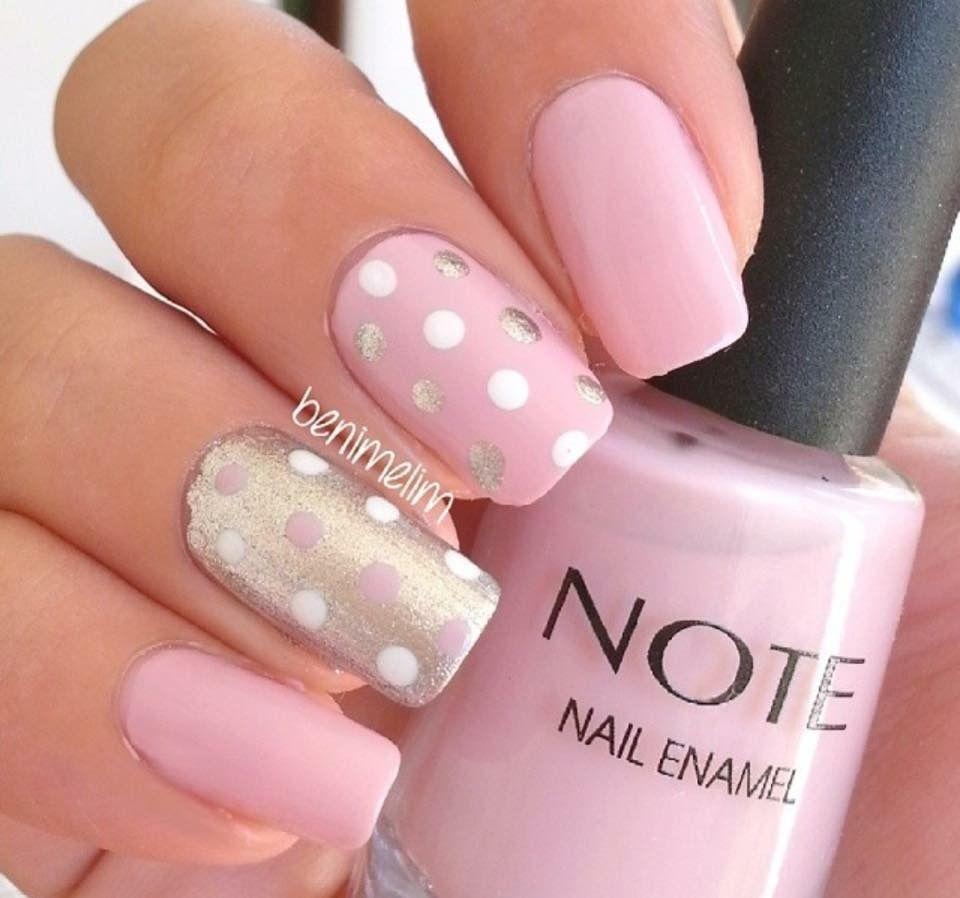 Uñas de gel con esmalte permanente color rosa nude y gel