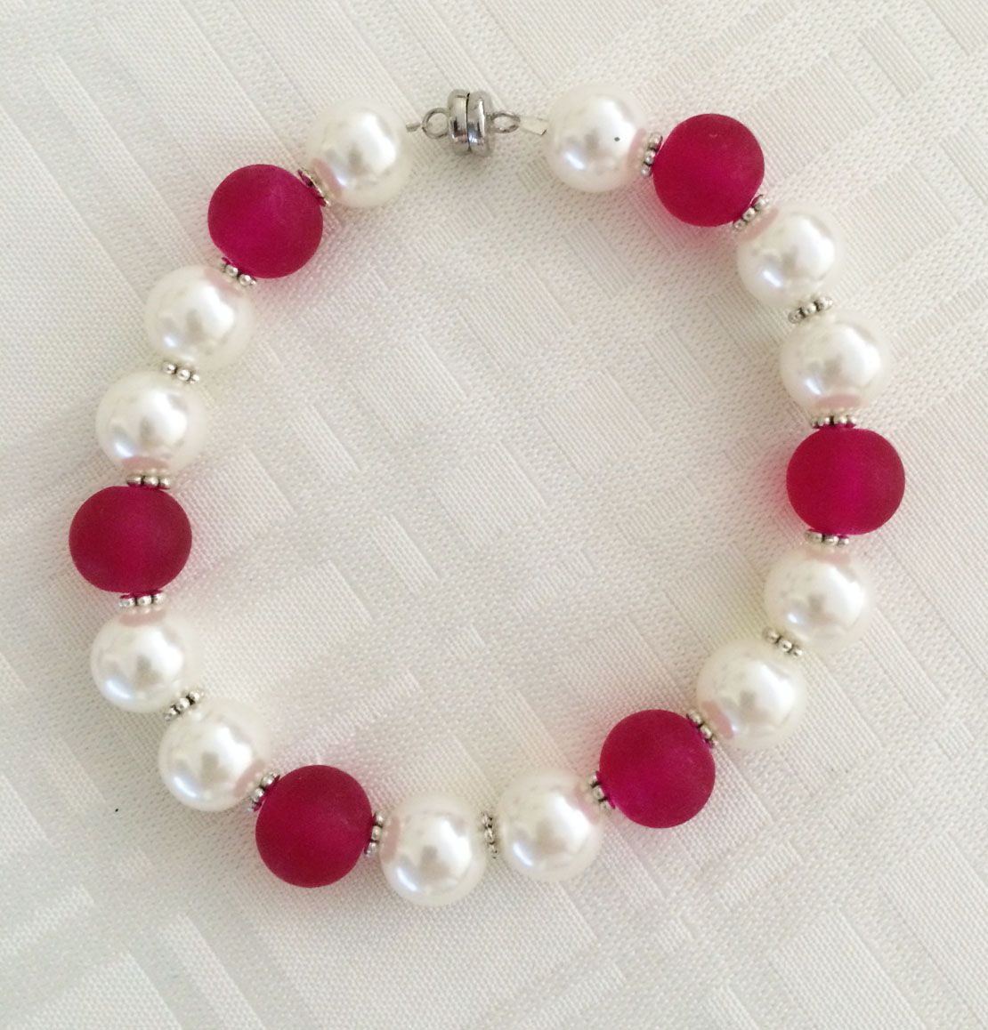 Pink frosted glass beads, faux pearls. 40 dirham. Magnetic closure.