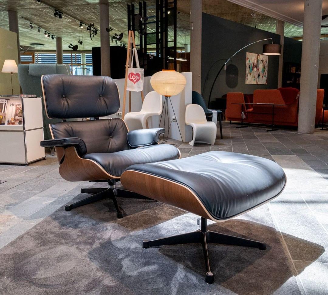 Der Eames Lounge Chair Von Vitra Mit Einer Schale In Amerikanisch Nussbaum Und Schwarzem Premium Leder Sess Eames Lounge Chair Home Decor Home