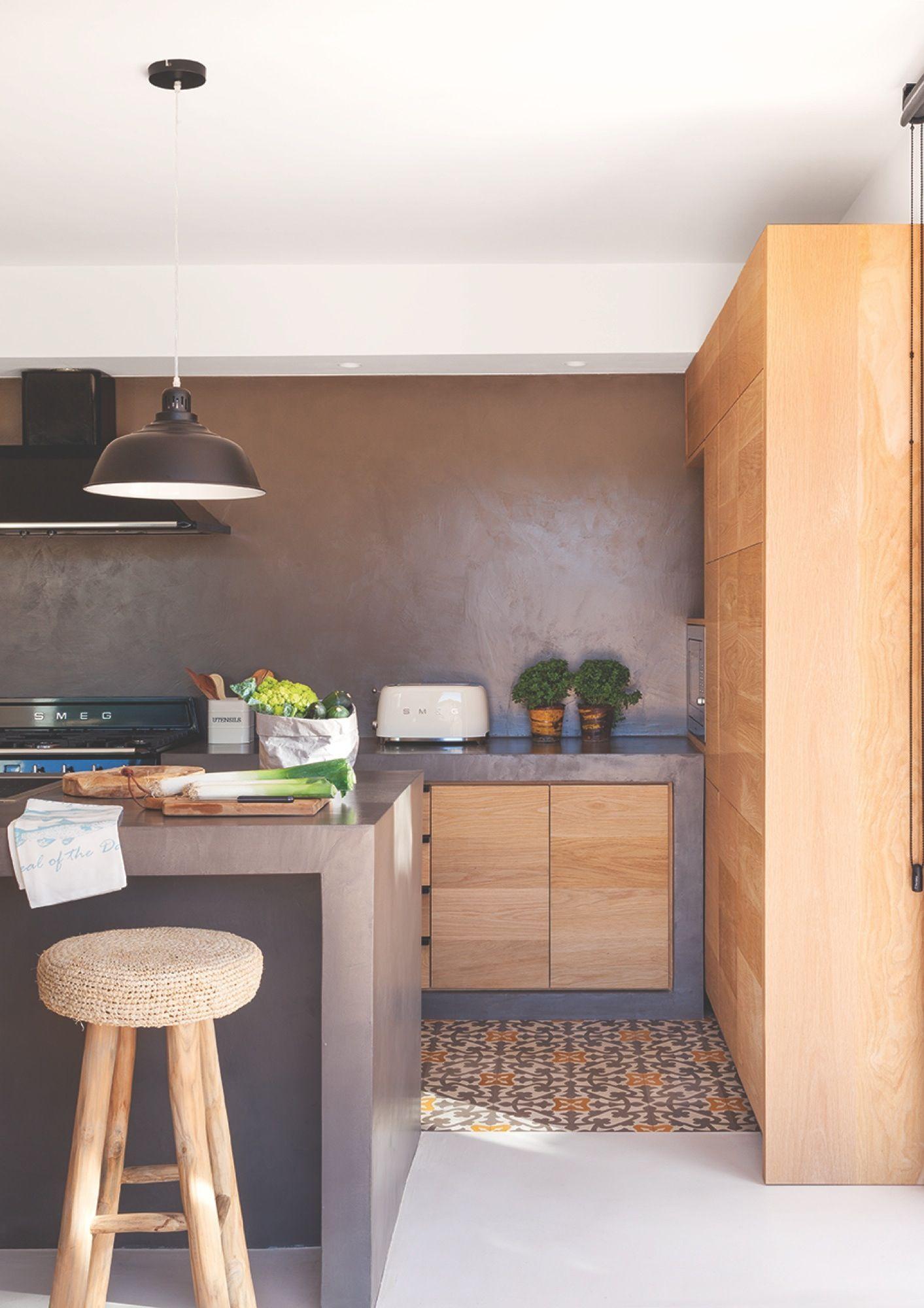 Cocina con muebles de madera microcemento gris y suelo for Decoracion piso gris
