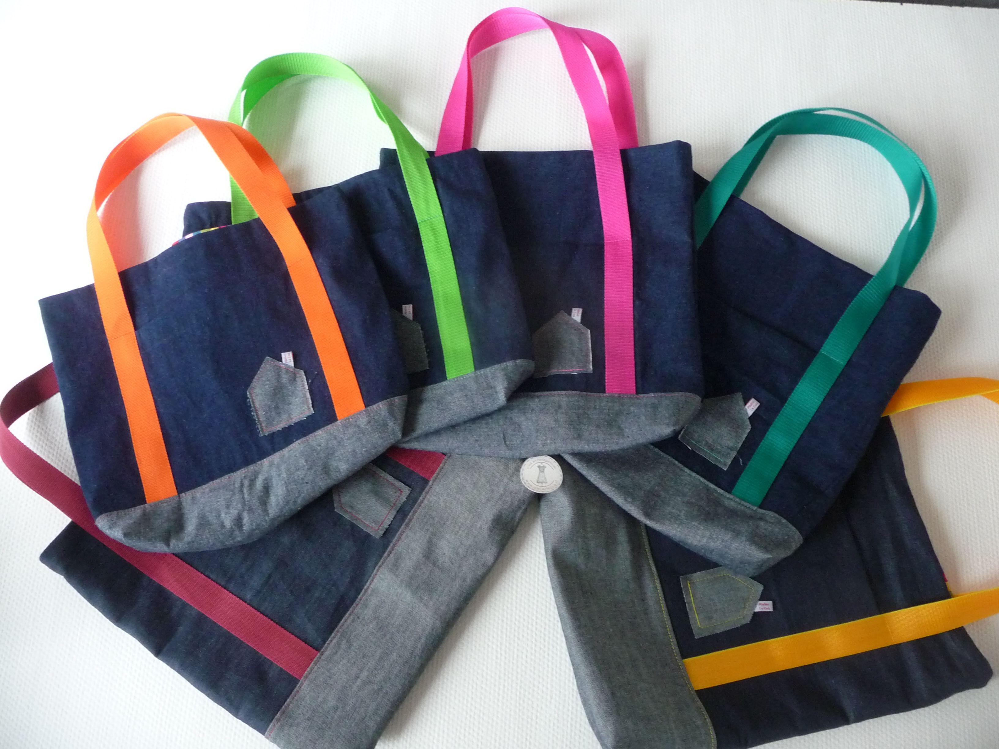 Deze shopper/schoudertas is gemaakt van mooi stevig spijkerstof buiten, de binnenkant is van gekleurde streepjes of aangepast aan de kleur schouderband met een vakje op de buitenkant.  Het is een stevige tas, waar veel in kan.  En heeft verschillende mooie deelnaden.  Hij is ook te bestellen in maat, afwerking en kleur naar wens.  www.atelierlecoq.nl
