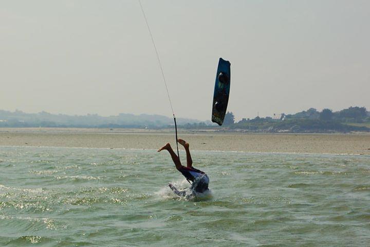 Pas facile de faire l'autruche comme Kevin en kitesurf !   @santadenn