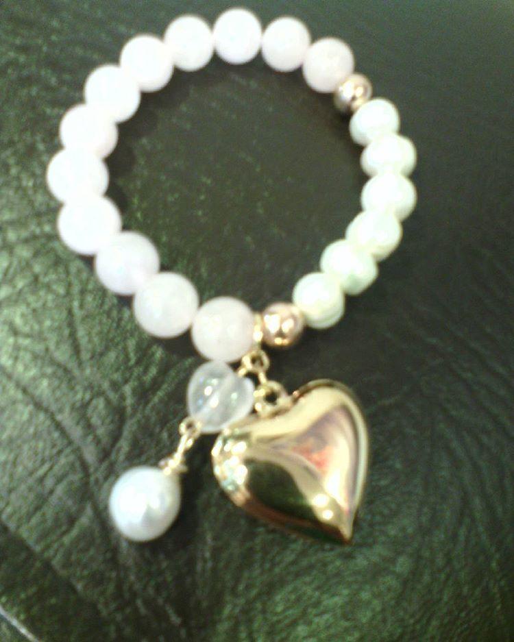 8bd46fd57732 Pulsera en cuarzo rosado y perla cultivada.  Elfica  jewelry  joyas   accesorios