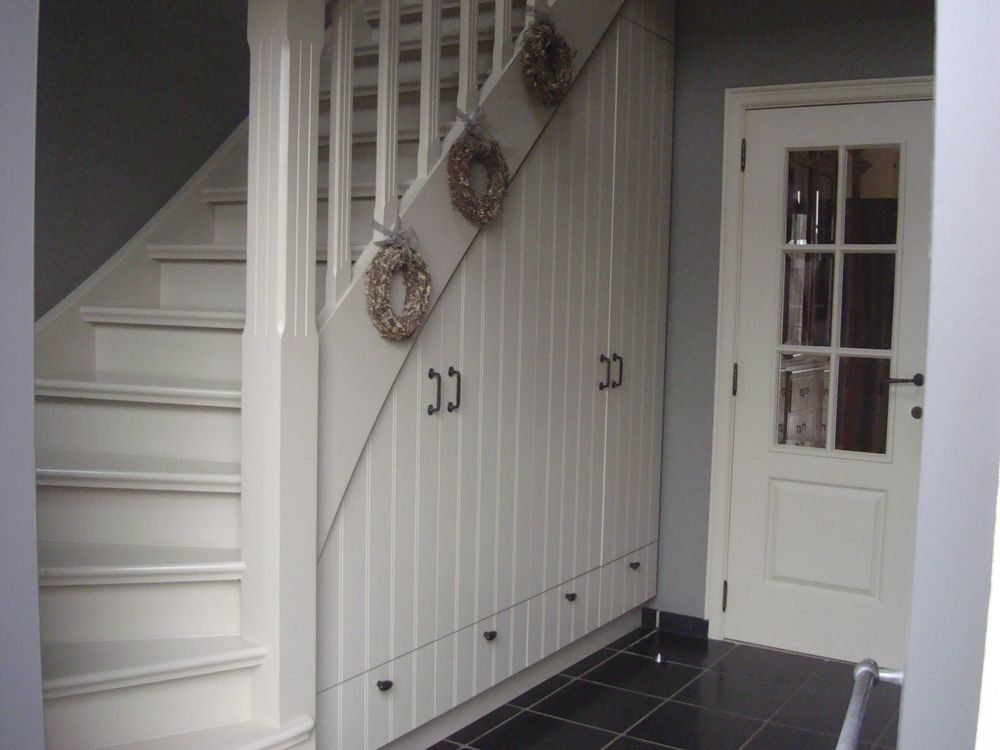 Kasten onder trap idee n stairs hall cupboard en for Trap ideeen