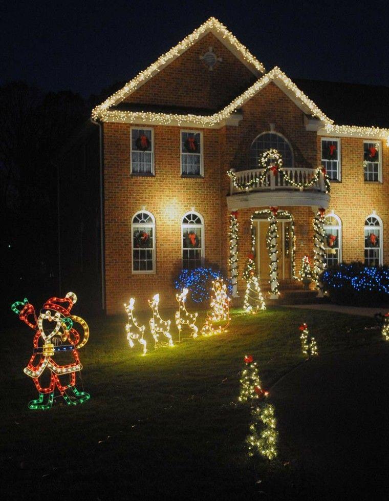 Papa Noel y renos brillantes decorando la casa en navidad