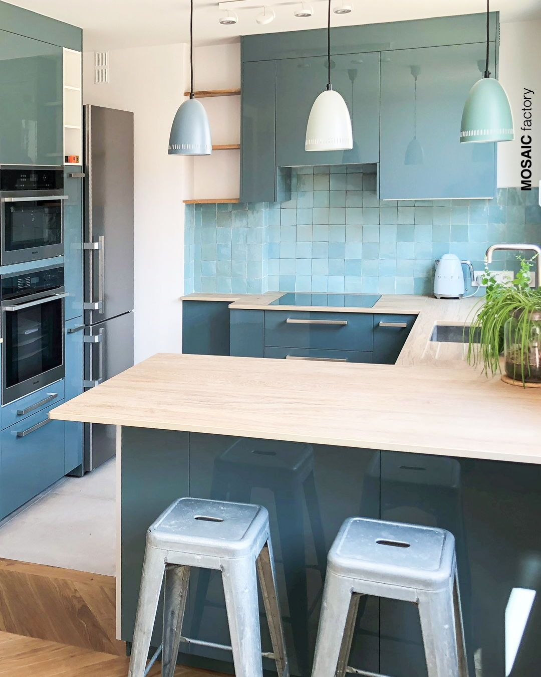 Cocina Moderna Con Azulejos Turquesa Y Muebles Petroleo A Juego