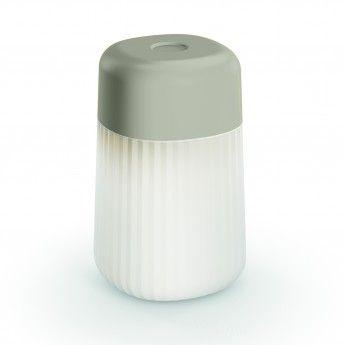 Lampe extérieure Koho – Gris – IP65 – Fontana Arte  Fonctionnelle et 100% nomade, la lampe extérieure Koho de la marque Fontana Arte pourra vous éclairer partout. Exit le câble d'alimentation, ce luminaire design est pourvu d'une batterie qui possède une grande autonomie. La lampe extérieure est conçue dans un design simple, cher à son designer finlandais Mika Tolvanen. Elle s'installe partout et dans toutes les positions et est facilement transportable grâce à ses dimensions réduites.