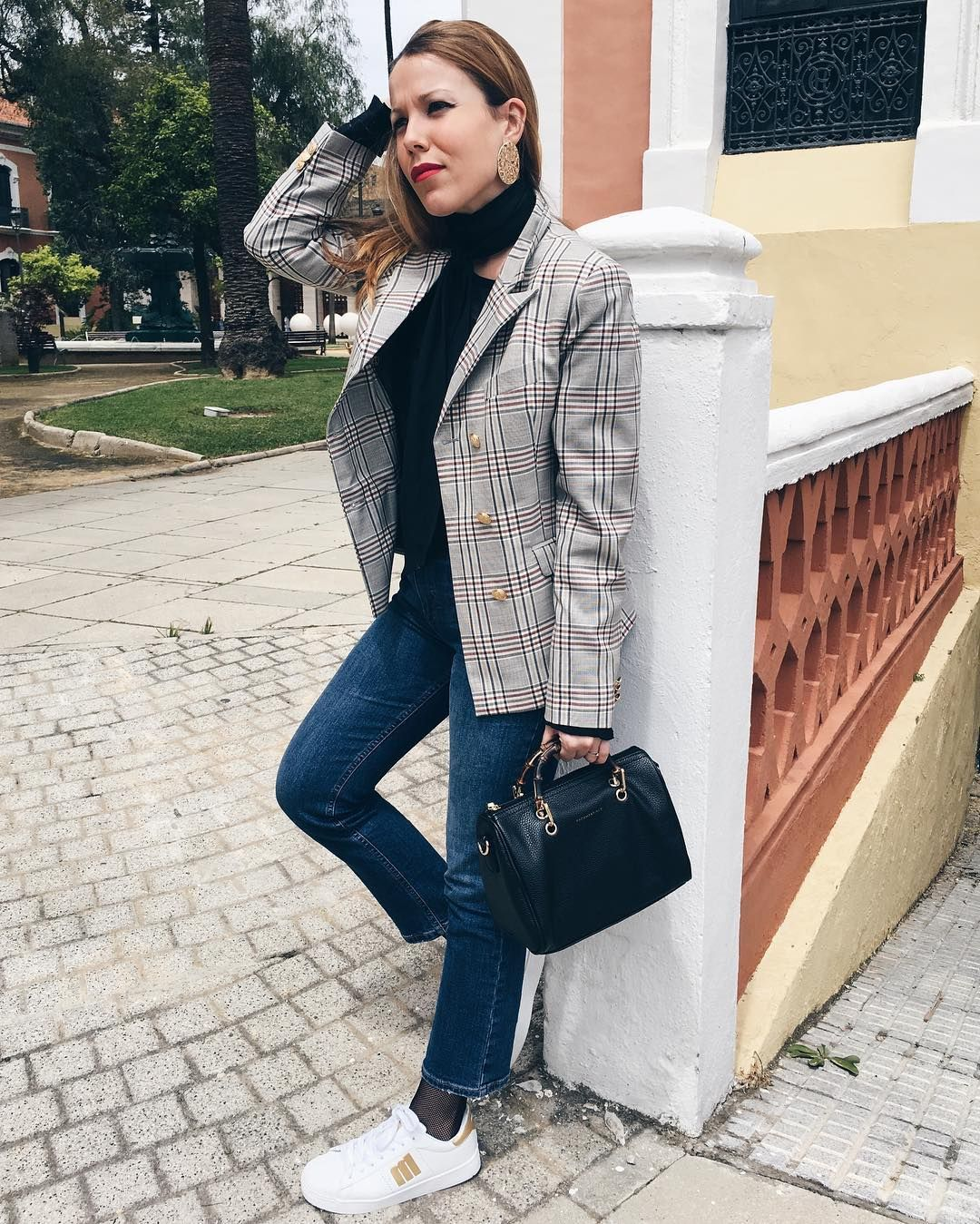 Affordable, made to measure women's clothing! In this picture: Fashionista Blanca. in her Sumissura blazer