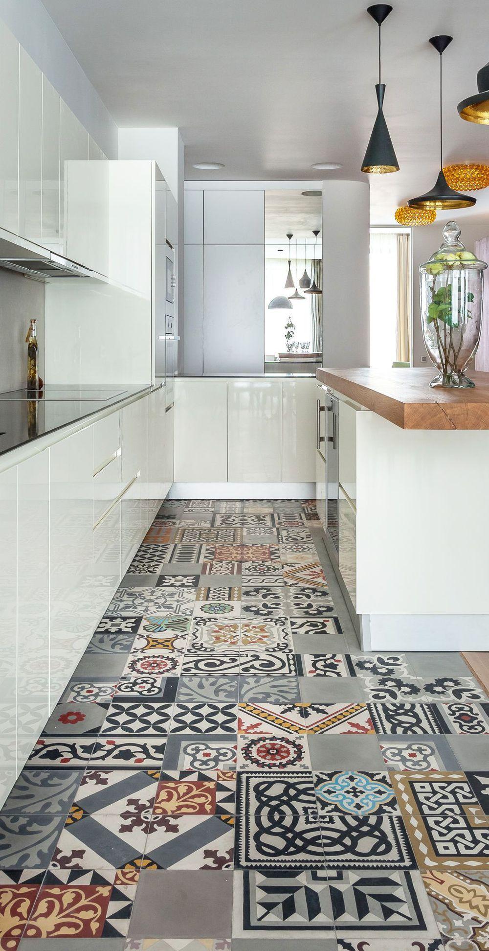 le sol en carreaux de ciment de cette cuisine constitue comme un patchwork - Carrelage Sol Cuisine Professionnelle