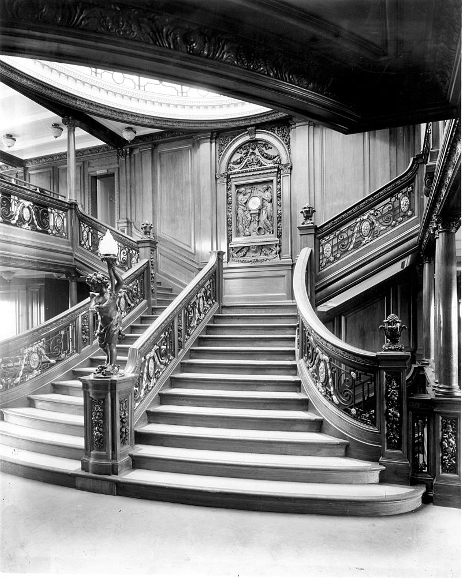 the grand stair case from rms olympic after the reestructuracion, Wohnzimmer dekoo