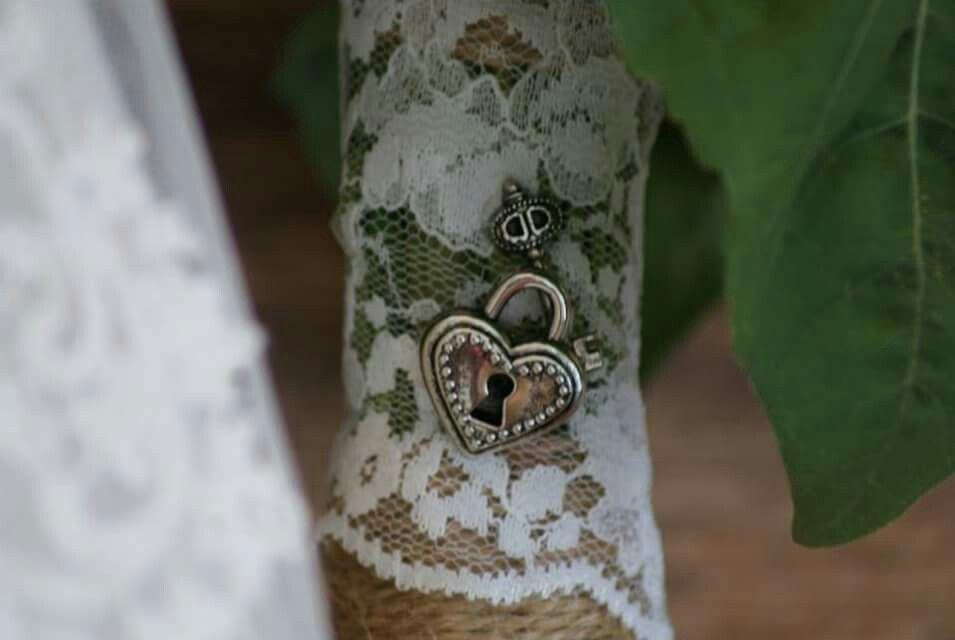 Brautstrauß mit kleinen Accessoires