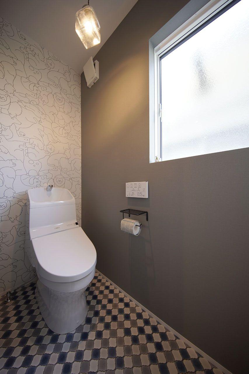 モノトーンでまとめられた大人テイストの落ち着くトイレは 壁紙で遊び心をプラス トイレ 壁紙 シンプル トイレ トイレ インテリア