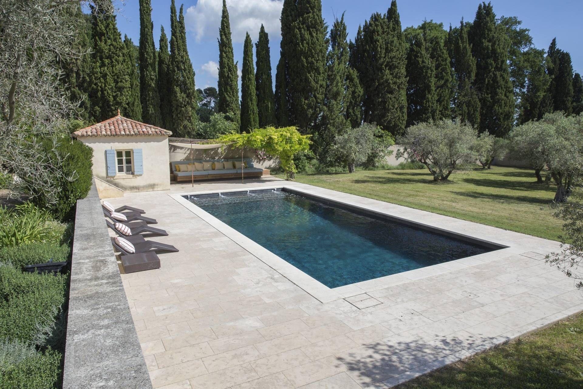 Magnifique jardin avec piscine pour un Mas Proven§al