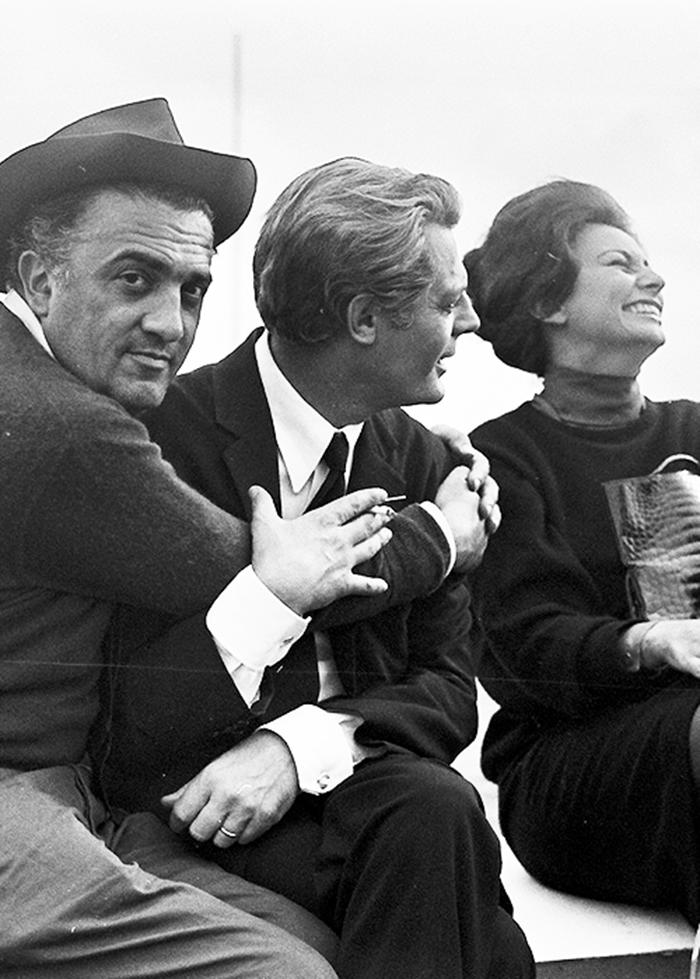 "Federico Fellini, Marcello Mastroianni y Sophia Loren durante el rodaje de ""Ocho…"