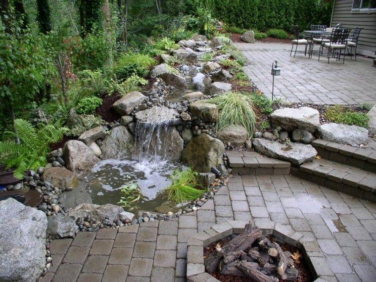 Cascada de jard n de dise o moderno estanques for Backyard waterfall designs