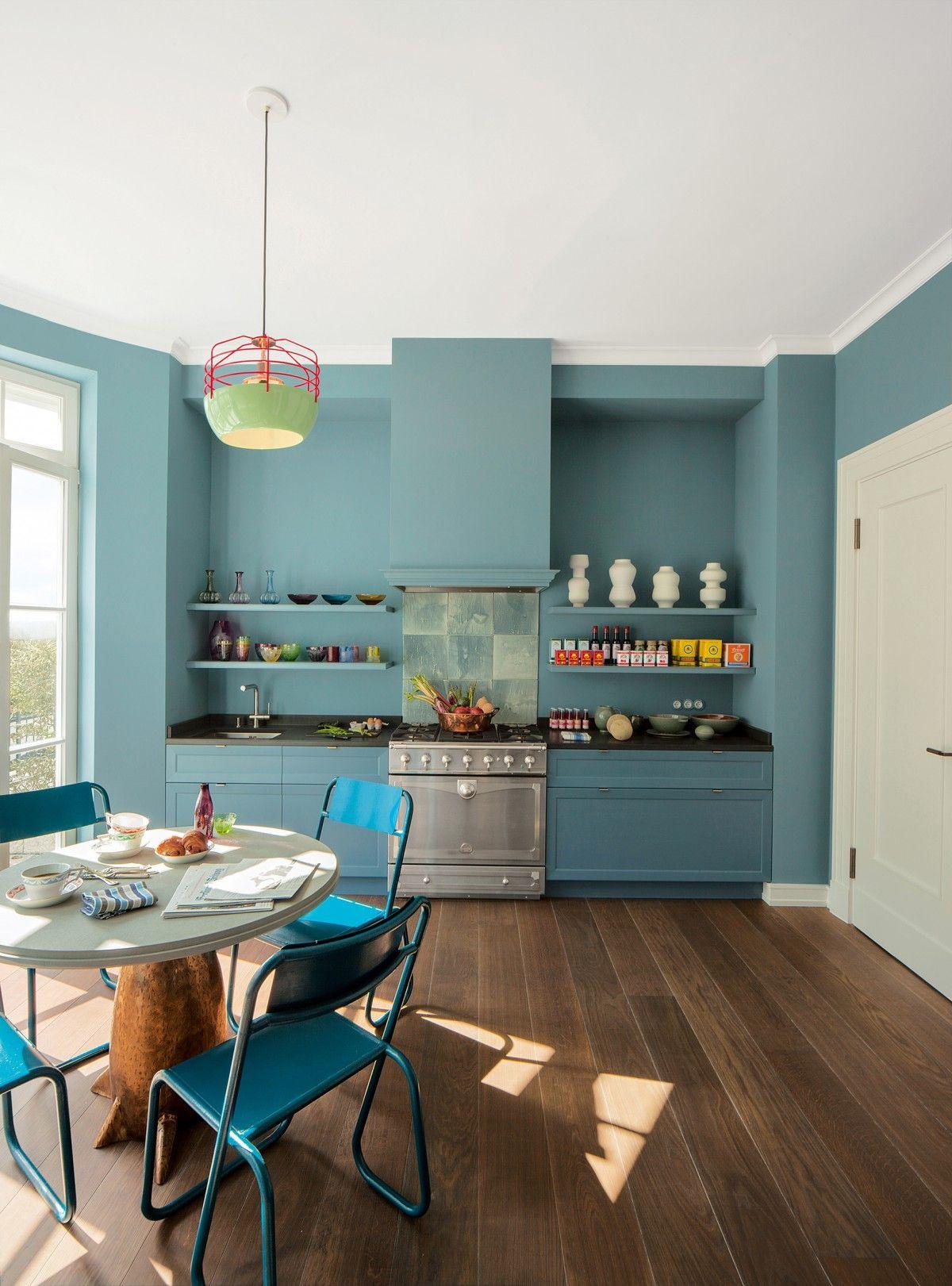 die farbenfrohe k che in blau macht gute laune bodentiefe fenster lassen viel licht ins haus. Black Bedroom Furniture Sets. Home Design Ideas