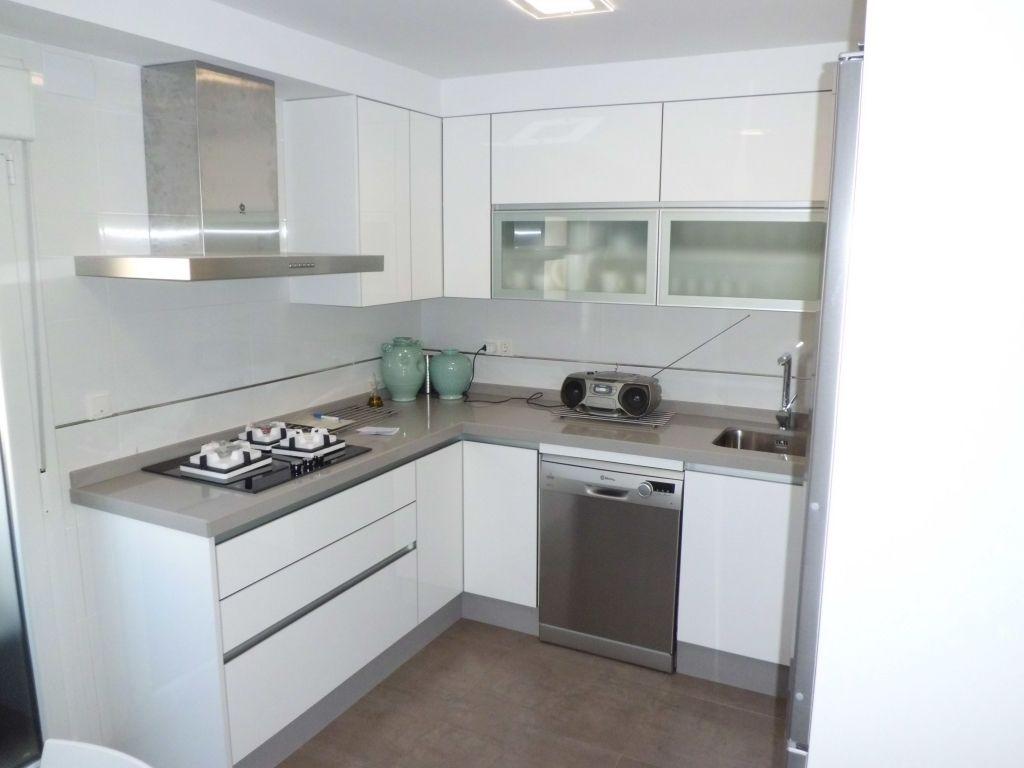 Resultado de imagen de cocinas blancas y grises suelo y cocina cocinas cocinas blancas y - Cocina blanca encimera gris ...