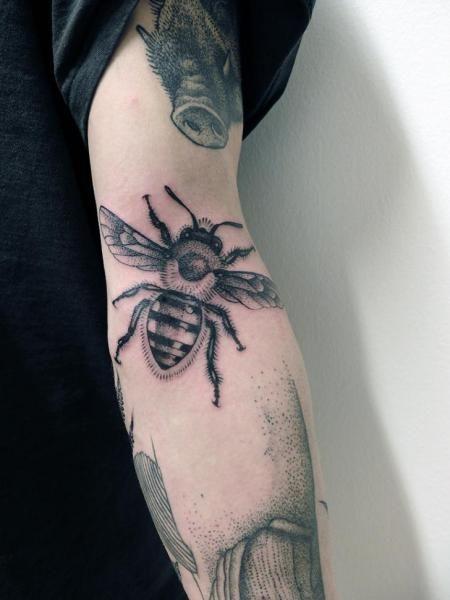 Tatouage par jan mr z tatouage bras abeilles et tatouages - Tatouage amour perdu ...