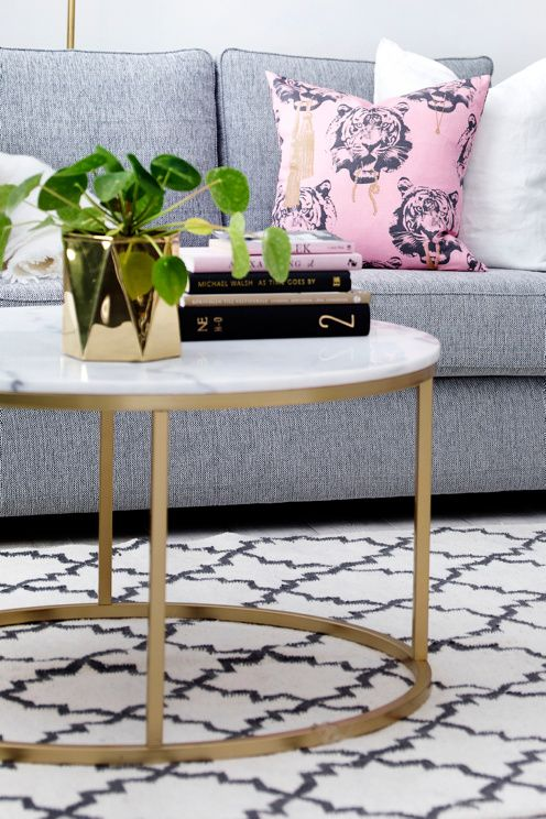 Rundt sofabord med bordplade af marmor og stel af metal. Da marmor ...