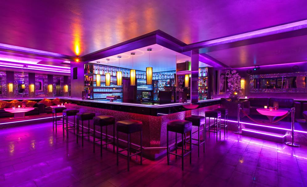 Coole Cocktails and der edlen Bar vom Sauna Club
