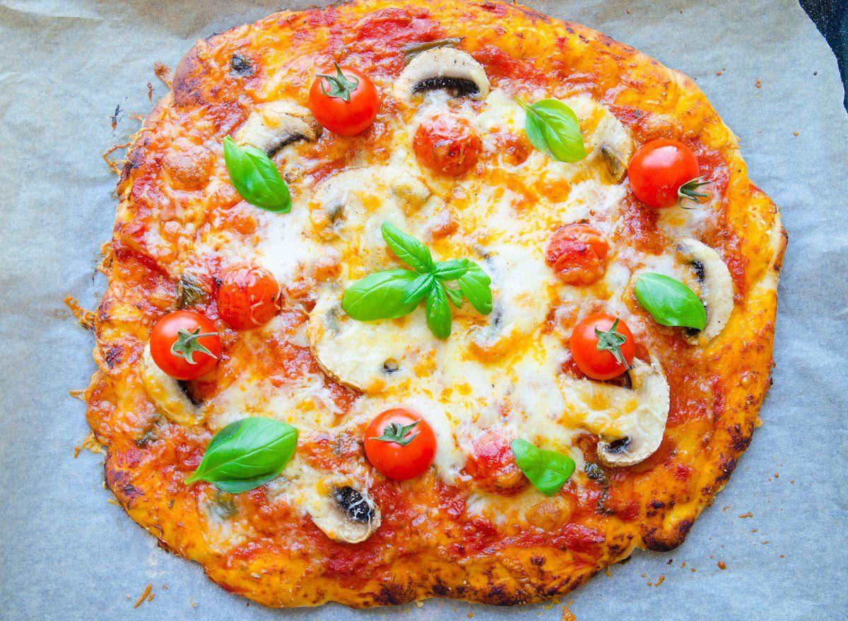 hemgjord pizza med mozzarella