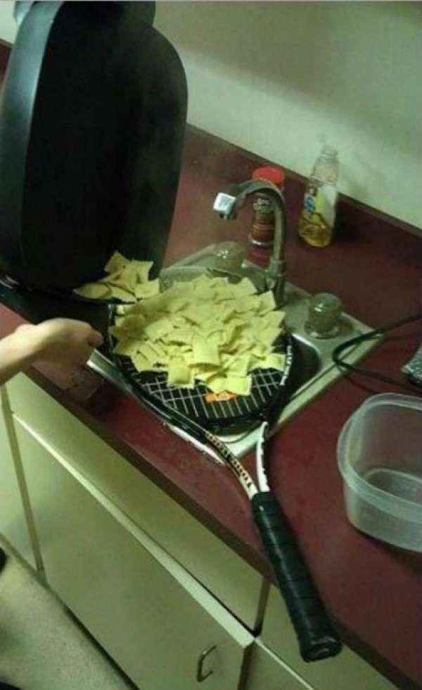 Une raquette à la place d'une passoire pour égoutter les pâtes .Les 20 pires astuces hilarantes qu'il ne faut surtout pas copier