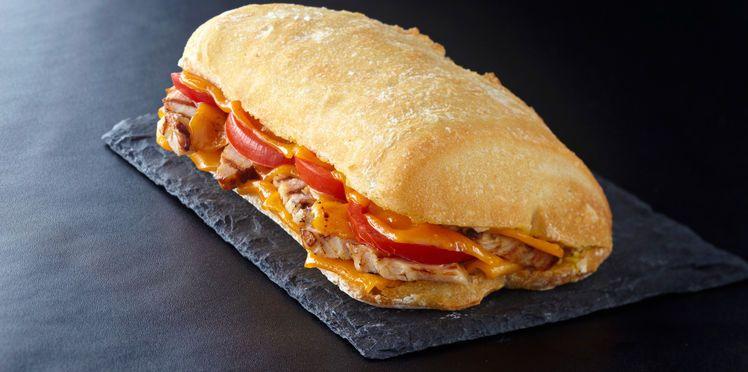 Sandwich au poulet froid, tomate et cheddar | Recette en 2019 | Recette sandwich, Sandwich au ...