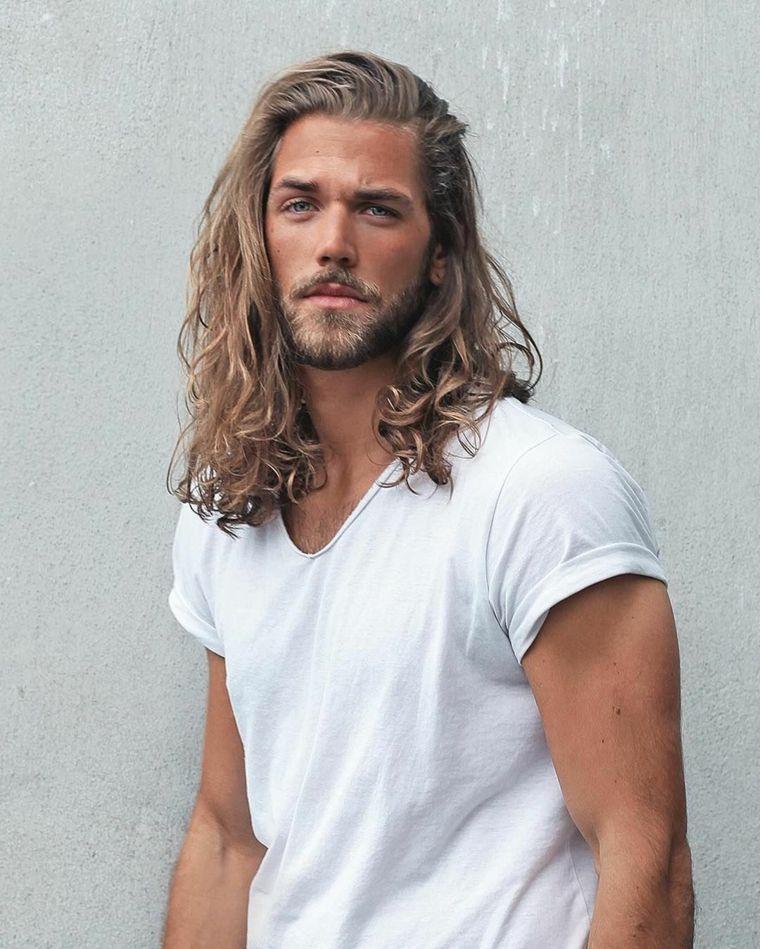 Ragazzo con capelli biondi e lungi 52af78a30430