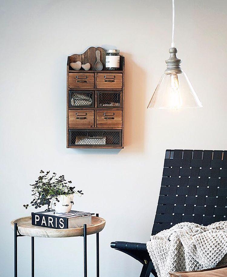 Maanantaina 1. elokuuta tulee meidän uusi kuvastomme  jossa paljon hienoja uutuuksia, jotka me todella odotamme innolla näyttää teille. Yksi uutuuksista on Adele kattovalaisin yhdistettynä lasia ja puuta. Puu on käsitelty peittaamalla ja siinä on kaunis harmaa patina. Adele hinta 94.50 € #perfecthome #suunnittelu #sisustus #inspiraatio #uusikuvasto #tuoteesittelijä #kotimyynti