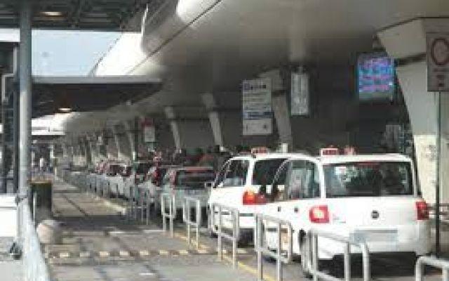 Fiumicino: famiglia picchiata da tassista abusivo, non volevano salire sul suo mezzo