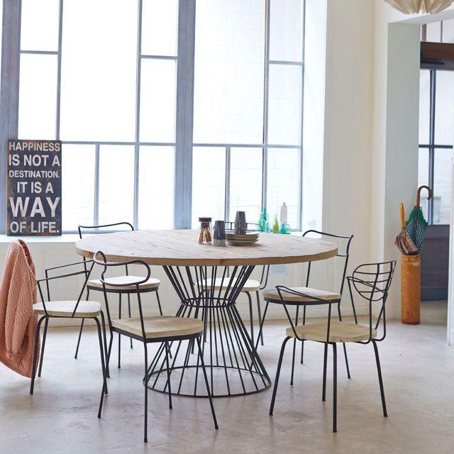 Salle à manger lumineuse avec une table ronde en bois plus