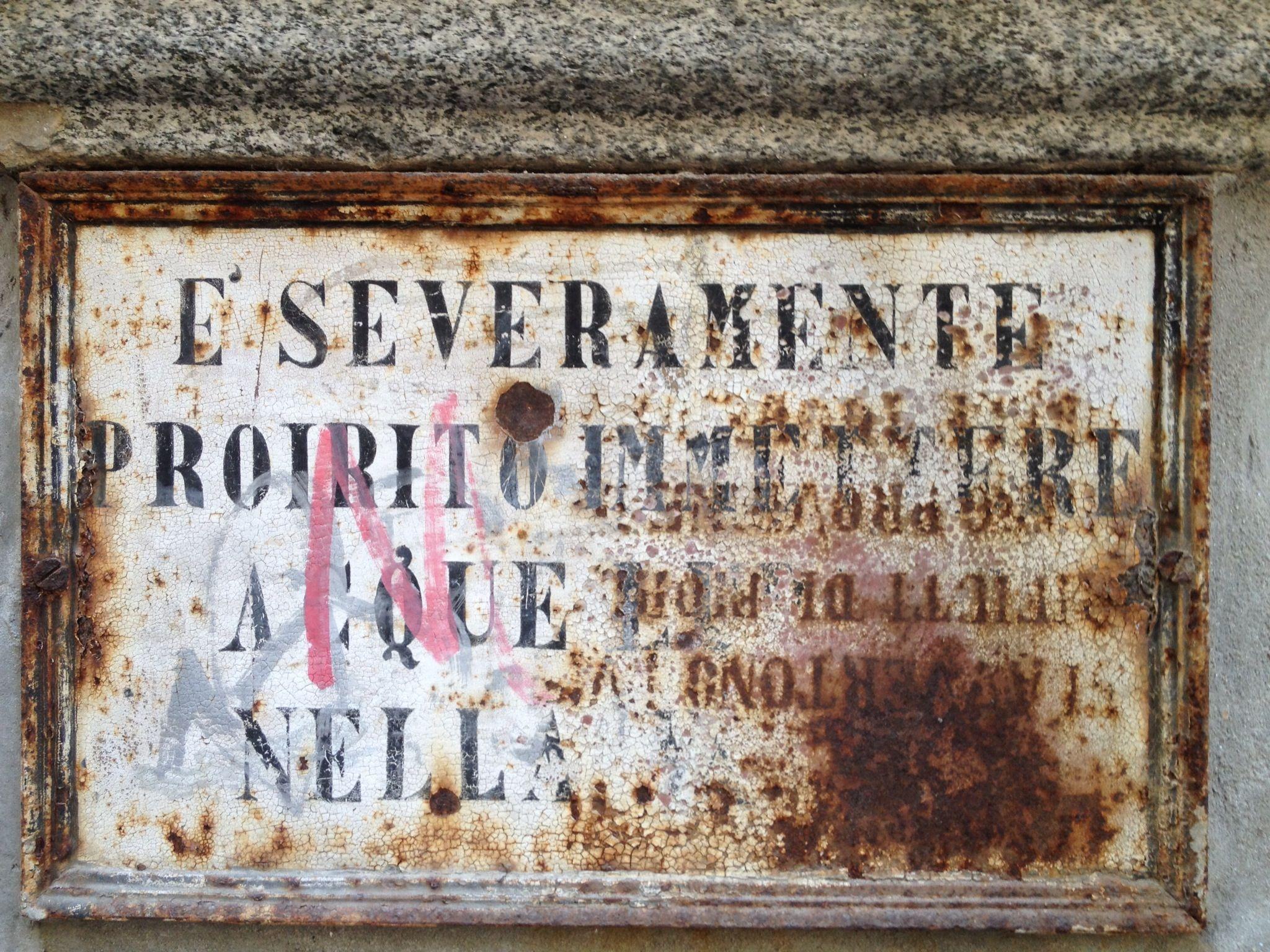 Vecchio cartello di fontana a Morbegno