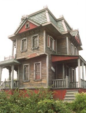 hauntedhouse.jpg Haunted my ass!!!  Gorgeous, I would to own this and remodel it. Ghosts and all.