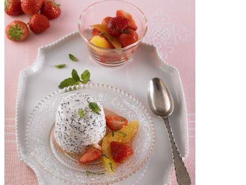 Mohn Panna-Cotta mit Erdbeer-Orangensalat