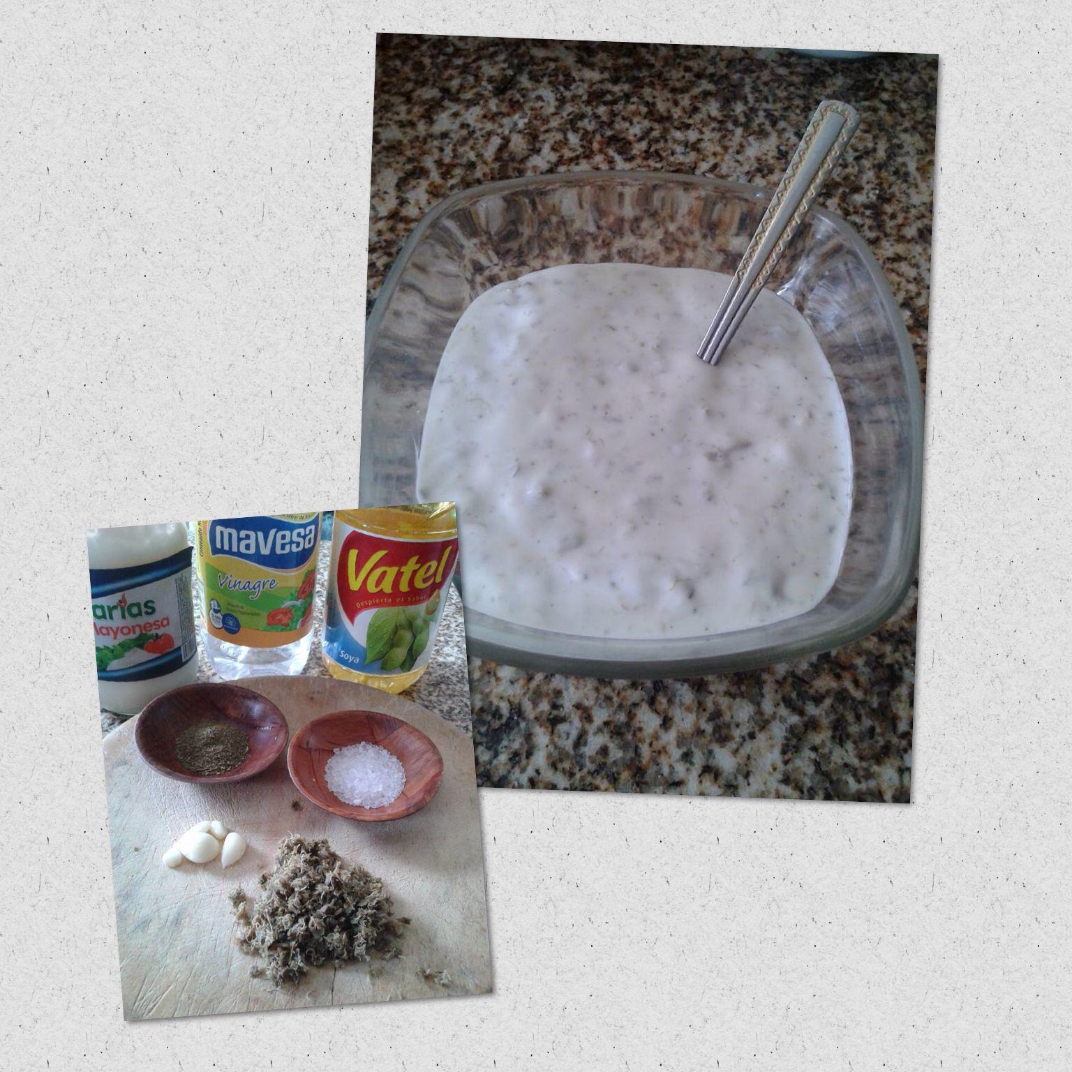 Salsa de alcaparras  mayonesa ,vinagre , acite de soya o de vegetale ,alcaparra , ajo ,sal ,orégano .